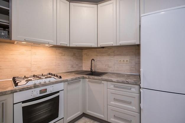 Foto di interni di cucina in toni di bianco stile moderno