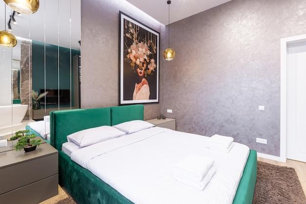 Foto degli interni ampia camera da letto, in stile moderno, che ospita un bagno e specchi. design moderno molto bello