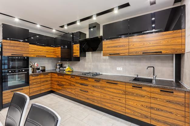Foto di interni di cucina moderna in colori scuri di legno