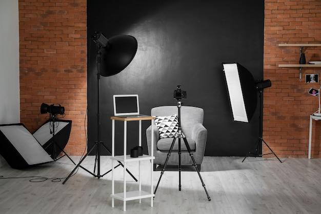 Interno dello studio fotografico con attrezzature moderne