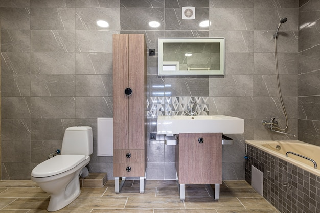 Fotografia di interni, bagno con piastrelle moderne e belle