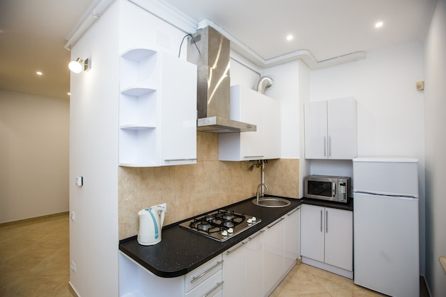 Fotografia di interni, cucina in un piccolo appartamento bianco elegante