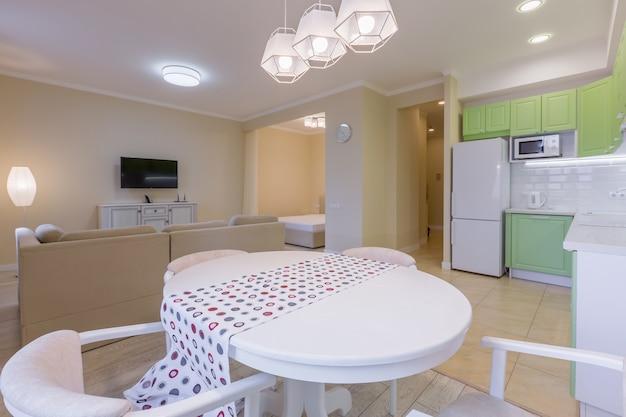 Fotografia d'interni grande studio con cucina moderna verde