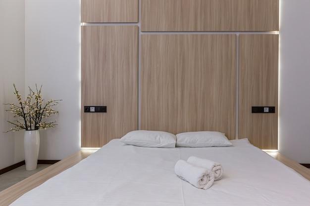 Fotografia di interni, camera da letto moderna combinata con bagno, in bianco