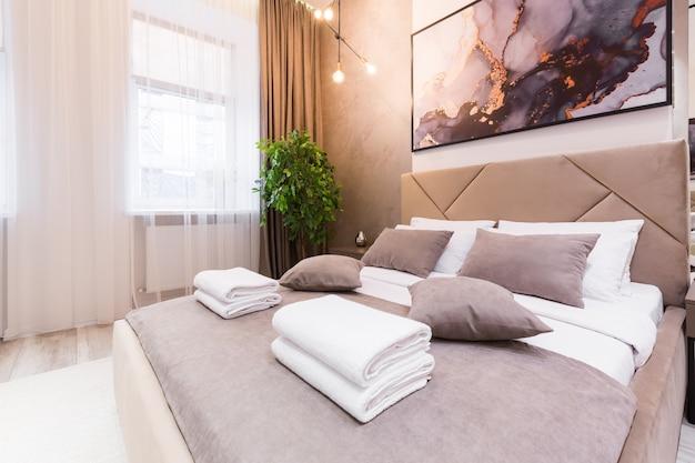 Fotografia di interni, camera da letto moderna, con letto grande ed elegante, design moderno, in beige