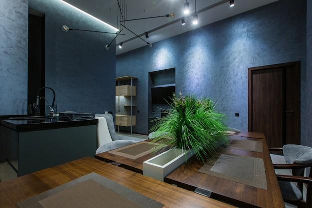 Fotografia di interni, cucina moderna, colori scuri in stile loft