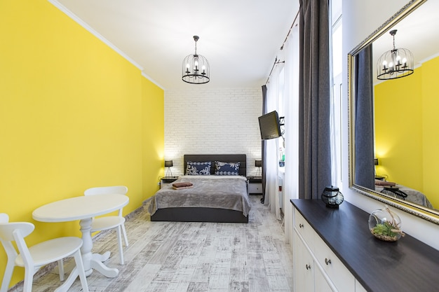 Camera da letto in stile moderno di fotografia di interni con letto grande