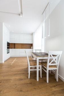Fotografia di interni, cucina bianca e sala studio, in stile contemporaneo
