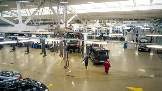 Interno della stazione di riparazione auto professionale