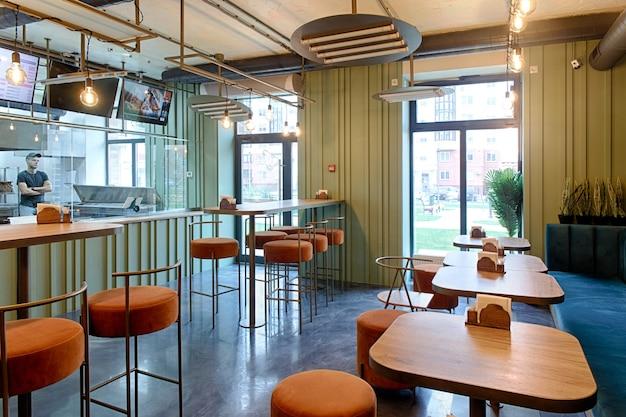 Interno di un ristorante, design moderno in pochi colori, arancio e blu.