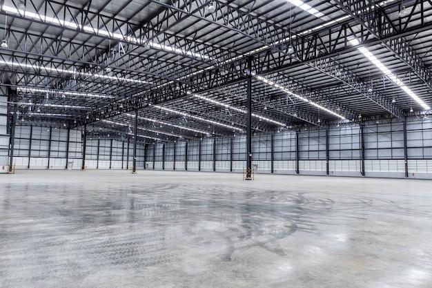 Interno del capannone magazzino vuoto della fabbrica.