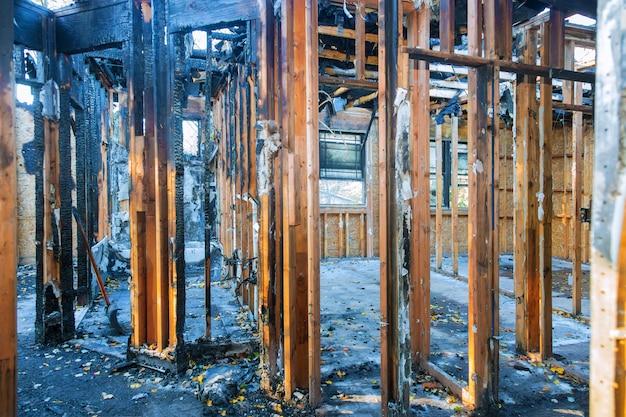 Sala interna della casa dopo un incendio