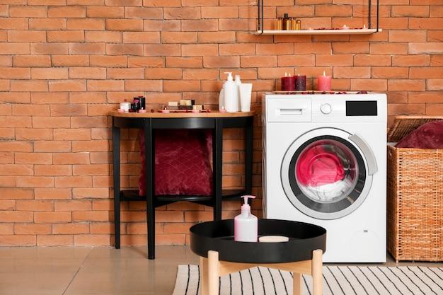 Interno della camera con lavatrice moderna