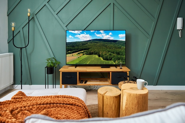 Interno della stanza con mobili divani e televisore