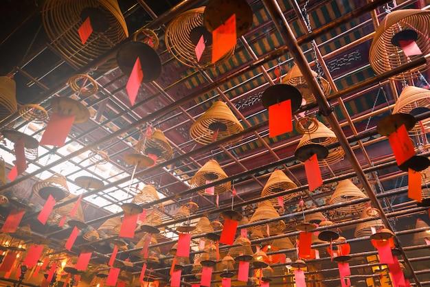 Scena interna del tempio di man mo a hong kong.
