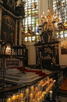 Interno della cattedrale di san michele e santa gudula, bruxelles, belgio
