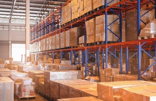 Interno del magazzino di stoccaggio con scatole per pacchi su scaffali alti