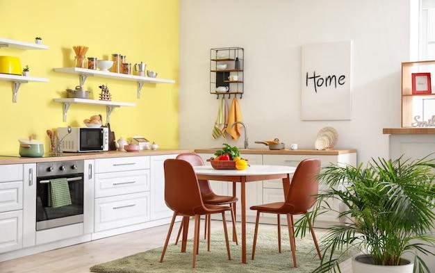 Interno della cucina moderna ed elegante con tavolo da pranzo