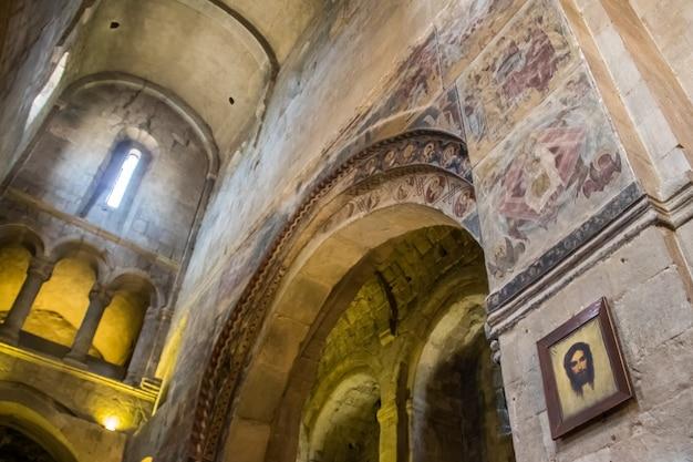 Interno della cattedrale di svetitskhoveli a mtskheta, georgia