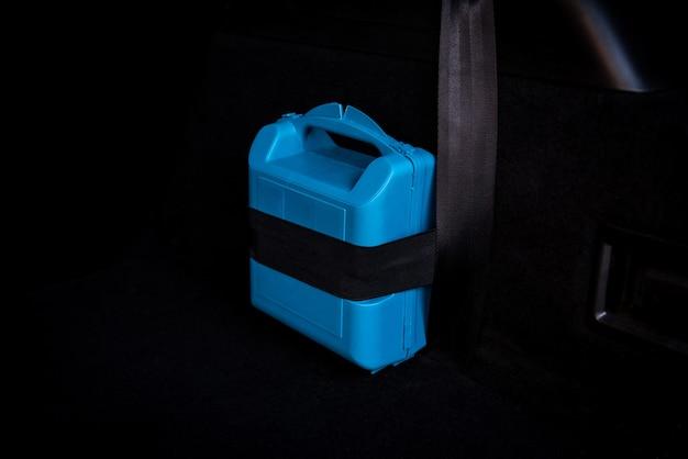 L'interno del bagagliaio dell'auto in cui è presente una cassetta di pronto soccorso e un estintore.