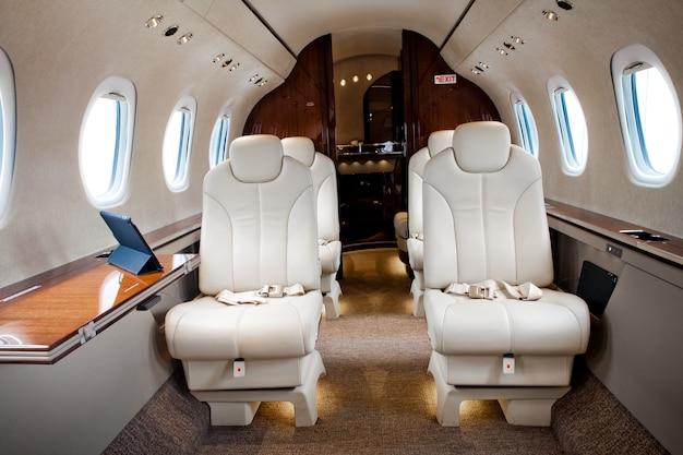 Vista interna in aereo, volo in jet aziendale