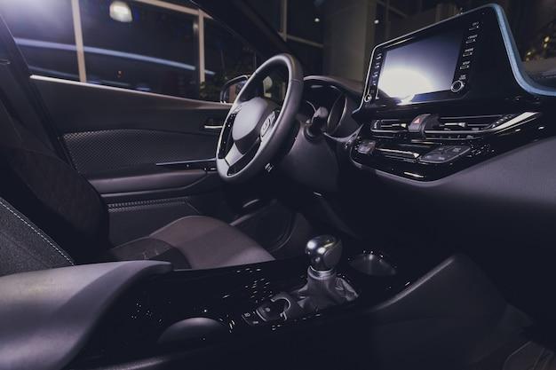 Vista interna dell'automobile con il salone nero.