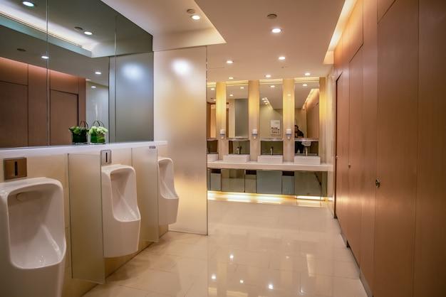 Vista interna del bagno moderno nel centro commerciale dell'hotel