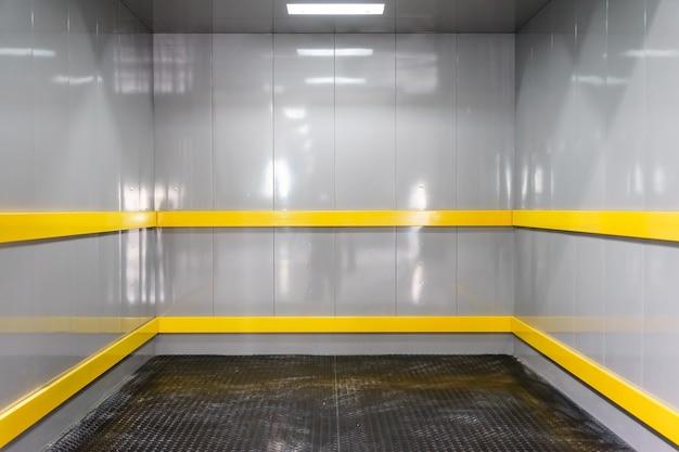 Vista interna di un moderno ascensore industriale di fronte alla parete di fondo