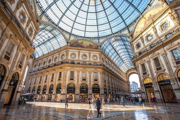 Interno della galleria vittorio emanuele ii, piazza duomo, nel centro della città di milano.