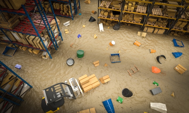 Interno di un magazzino pieno di merci danneggiate da un'inondazione di acqua