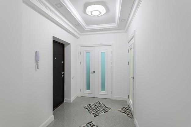 Interno del corridoio bianco della clinica o appartamento di lusso