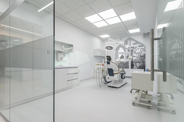 Interno della stanza medica di odontoiatria moderna bianca con attrezzature speciali