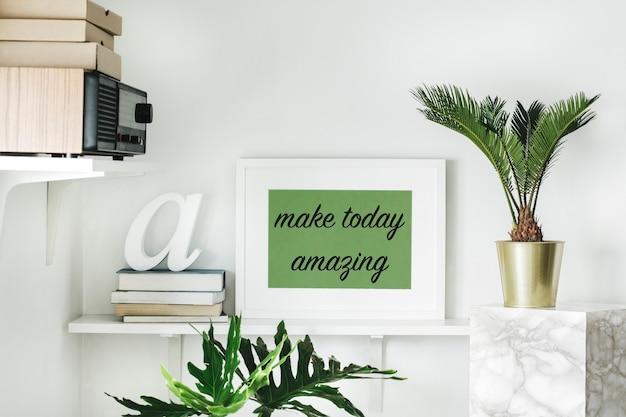 Interno con ripiano bianco mock up cornice per poster piante cactus e piante grasse foglia vintage radio