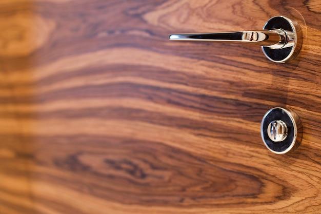 Porta interna in legno con maniglia chiusa