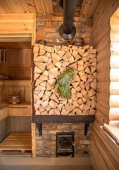 Interno di un bagno russo in legno con oggetti tradizionali per l'uso. stile di vita sano e cure termali.