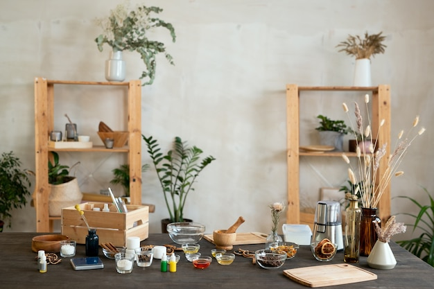 Interno del posto di lavoro con ingredienti per la realizzazione di prodotti cosmetici naturali