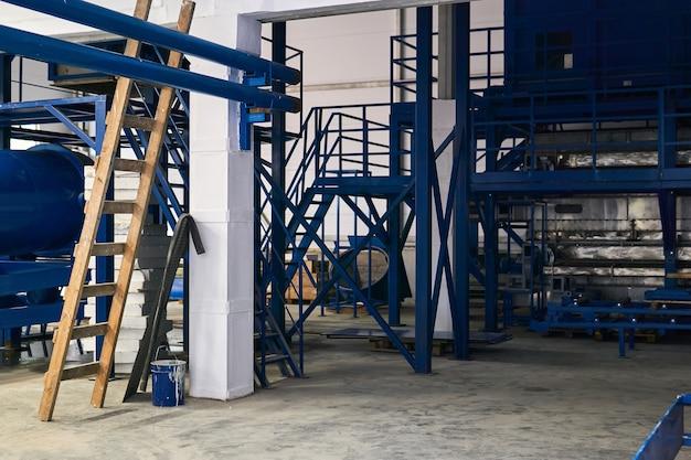 Interno di un'officina in costruzione con attrezzature in fase di installazione