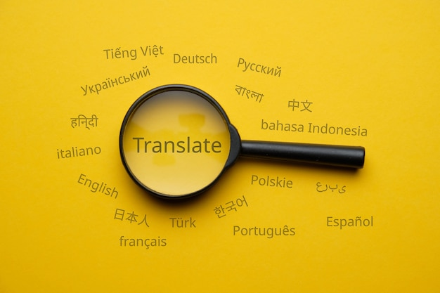 Concetto di ricerca di traduzione in lingua internazionale con lente di ingrandimento