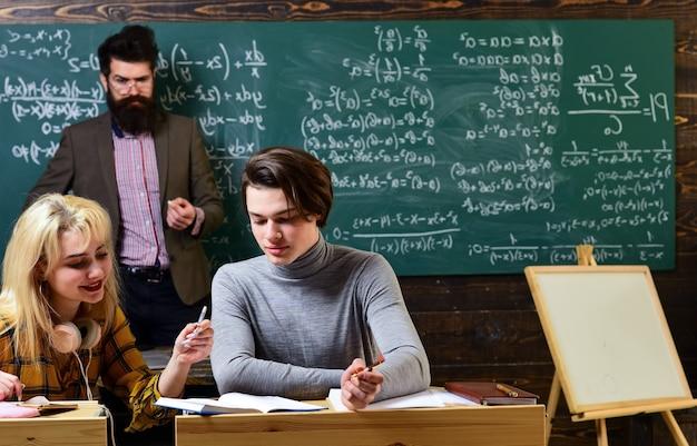 Studente internazionale che effettua test online individuali e composizione di scrittura per esami annuali persone che imparano l'istruzione e il concetto di scuola studenti mani con libri o libri di testo che scrivono
