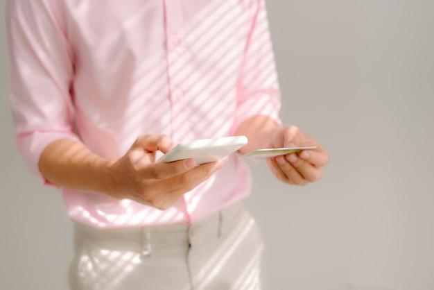 Internet banking. pagamento con carta di credito su smartphone mobile