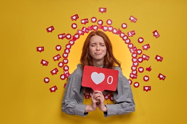 Blog su internet. ritratto di donna sconvolta che tiene il cuore come icona, consiglia di fare clic