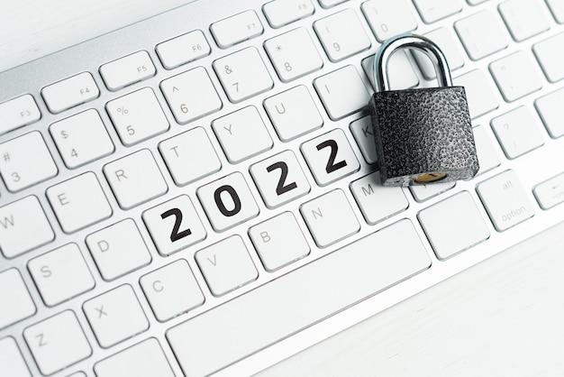 Concetto di sicurezza informatica di internet con lucchetto e tastiera nell'anno