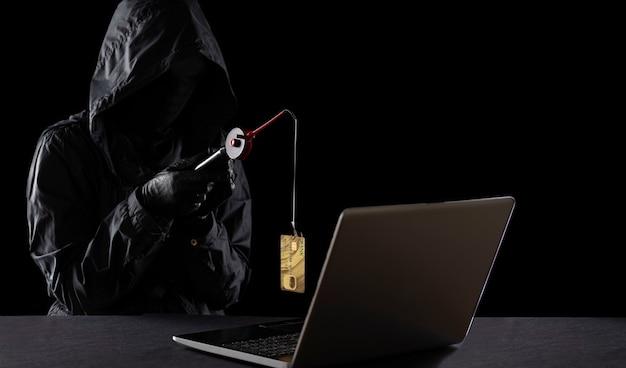 Frodi su internet mediante tecnologie informatiche, furto di denaro su internet, furto di dati di carte di credito. hacker ha rubato una carta di credito con una canna da pesca