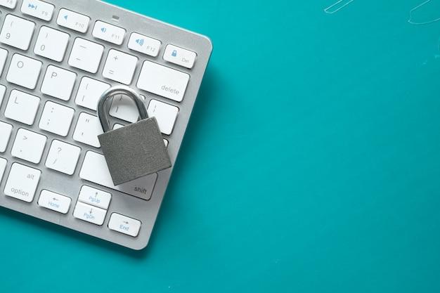 Concetto di sicurezza di internet con lucchetto sulla tastiera del computer.