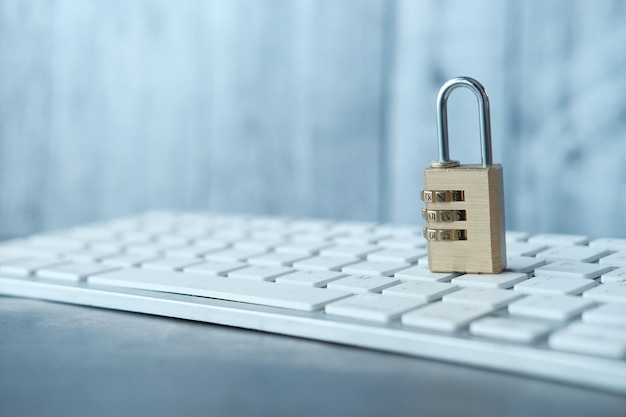 Concetto di sicurezza di internet con lucchetto sulla tastiera del computer