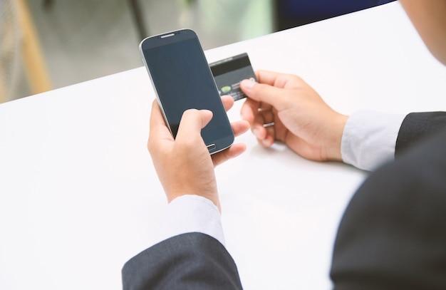 Shopping su internet, pagamento online con carta di credito