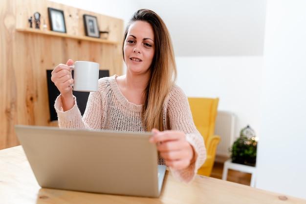 Concetto di chat video internet, relazione astratta a lunga distanza, riunione di classe virtuale, lavoro d'ufficio remoto, presentazione del computer, lezioni di lezioni