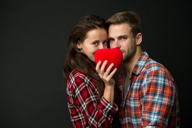 Intimità. cuore rosso delle coppie sensuali. buon san valentino. amore e romanticismo. appuntamento romantico uomo e ragazza. coppia innamorata. le camicie a scacchi delle coppie sexy copiano lo spazio. cuore pieno d'amore. sentimenti veri.