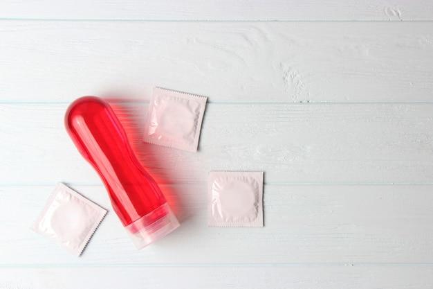 Un lubrificante intimo per un comodo primo piano sessuale su uno sfondo colorato