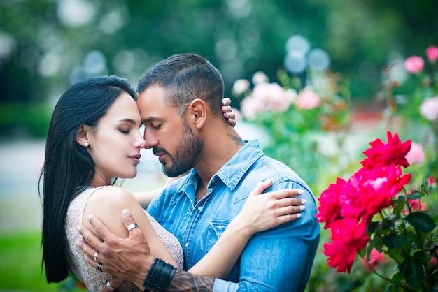 Relazione intima e rapporti sessuali donna sensuale appassionata in estasi provando piacere int...